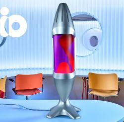 Mathmos iO Giant Silver, originální lávová lampa, matně černá s fialovou tekutinou a červenou lávou, výška 78cm