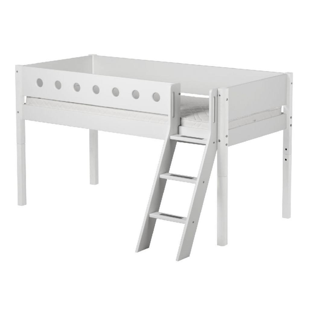 Produktové foto Bílá středně vysoká dětská postel s žebříkem Flexa White, 90x200cm