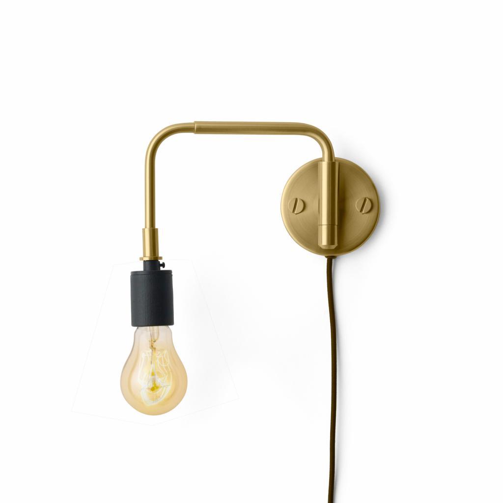 Produktové foto MENU Menu Staple nástěnné světlo se zástrčkou, z mosazi